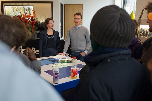 Ca. 1 Dutzend Fluechtlinge besetzten am Donnerstag den 10. Oktober 2013 in Berlin symbolisch den Showroom der Europaeischen Kommission am Pariser Platz. Sie forderten ein Ende der &quot;Abschreckungs- und Fluechtlingsabwehrpolitik&quot; der im Mittelmeer in den letzten 15 Jahren mehr als 20.000 Menschen zum Opfer gefallen sind.<br />Im Bild: Zwei Vetreter der Kommission sprechen mit den Fluechtlingen.<br />10.10.2013, Berlin<br />Copyright: Christian-Ditsch.de<br />[Inhaltsveraendernde Manipulation des Fotos nur nach ausdruecklicher Genehmigung des Fotografen. Vereinbarungen ueber Abtretung von Persoenlichkeitsrechten/Model Release der abgebildeten Person/Personen liegen nicht vor. NO MODEL RELEASE! Don't publish without copyright Christian Ditsch/version-foto.de, Veroeffentlichung nur mit Fotografennennung, sowie gegen Honorar, MwSt. und Beleg. Konto:, I N G - D i B a, IBAN DE58500105175400192269, BIC INGDDEFFXXX, Kontakt: post@christian-ditsch.de.<br />Urhebervermerk wird gemaess Paragraph 13 UHG verlangt.]