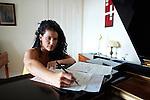 22.8.2012. Pianistin und Moderatorin Annette Yashpon portraitiert in ihrer Wohnung in Berlin Prenzlauer Berg.