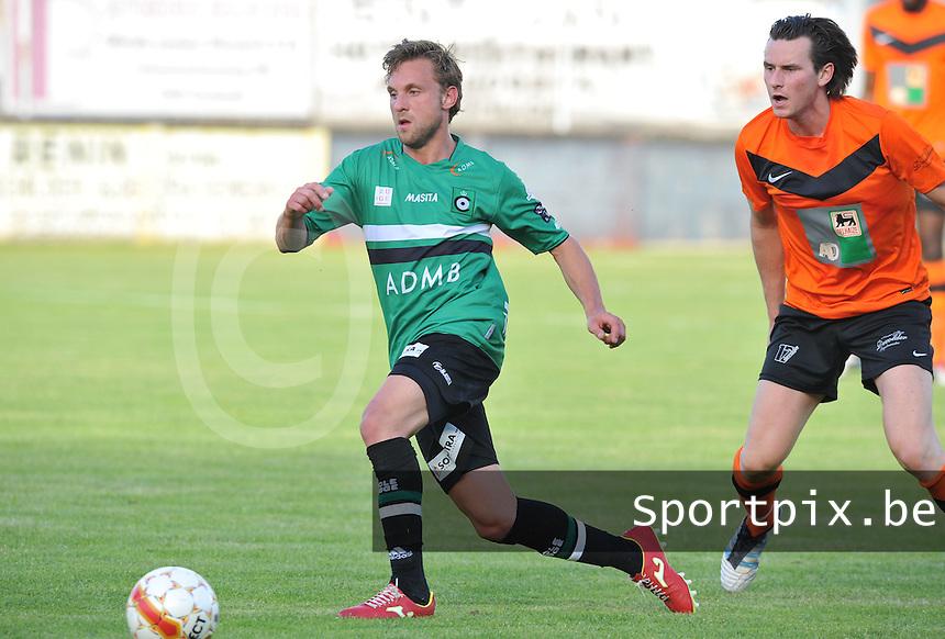 KSV Cercle Brugge : Kevin Janssens aan de bal voor Jens Noppe van Torhout KM.foto VDB / BART VANDENBROUCKE