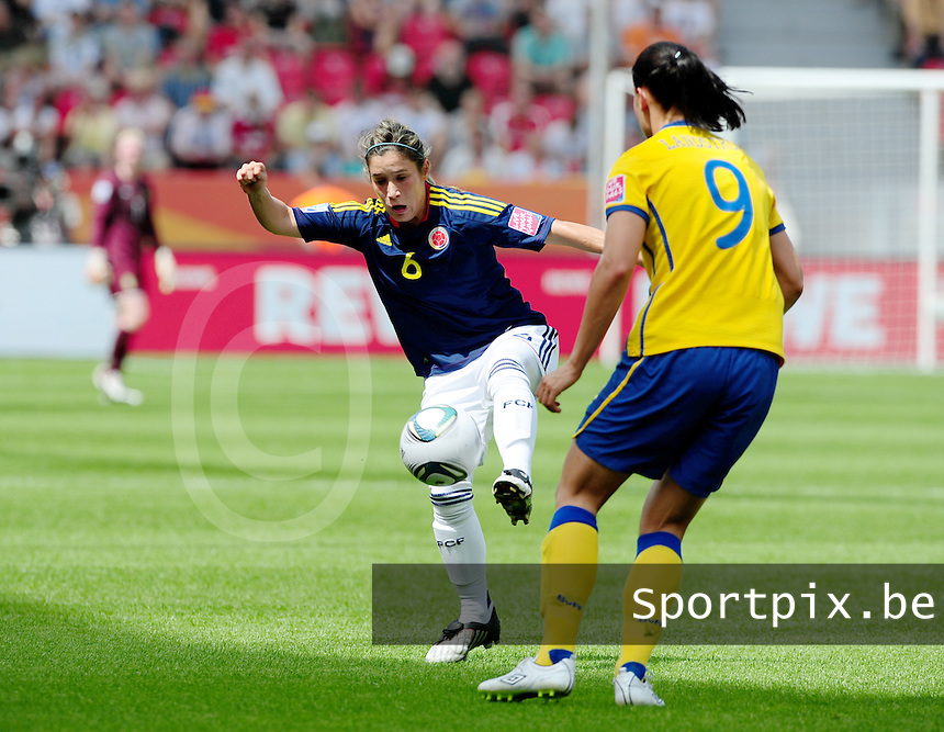Fifa Women's World Cup Germany 2011 : Colombia - Sweden at Bayarena Leverkusen : Daniela Montoya aan de bal voor Jessica Landstrom.foto DAVID CATRY / Vrouwenteam.be