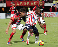 CÚCUTA -COLOMBIA, 21-08-2013.  Un jugador del Cucuta Deportivo disputa el balón con Edinson Toloza (D) del Junior, durante partido por la fecha 5 de la Liga Postobon II disputado en el estadio General Santander de la ciudad de Cucuta./ Cucuta Deportivo player fights for the ball with Junior player Edinson Toloza (R) during match valid for the fifth date of the Postobon League II at the General Santander Stadium in Cucuta city. Photo: VizzorImage/Manuel Hernandez/STR