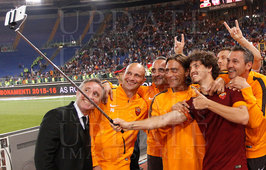 Calcio, Serie A: Roma vs Palermo. Roma, stadio Olimpico, 31 maggio 2015.<br /> Roma&rsquo;s Salih Ucan, second from left, and Francesco Totti, second from left, share a selfie with technical staff at the end of the Italian Serie A football match between Roma and Palermo at Rome's Olympic stadium, 31 May 2015.<br /> UPDATE IMAGES PRESS/Riccardo De Luca