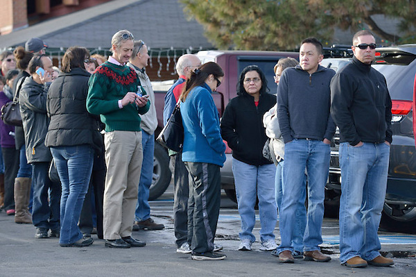 BLP11. Centennial (United States), 13/12/2013.- Parents wait in the cold at a local church to be reunited with their children after a shooting at Arapahoe High School in Denver, Colorado, USA 13 December, 2013. An unidentified student fired on fellow students critically injuring one. The gunman then killed himself. EFE/EPA/BOB PEARSON