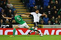 Emre Can (Deutschland Germany) gegen Jonny Evans (Nordirland, Northern Ireland) - 05.10.2017: Nordirland vs. Deutschland, WM-Qualifikation Spiel 9, Windsor Park Belfast