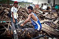 En nettoyant les rues, Ramon gagne 500pesos par jours (10euros) ce qui est parfois plus que ce qu'il gagnait lorsqu'il était pêcheur. Néanmoins, il est conscient que ça ne dura pas et qu'il faudra qu'il retrouver un bateau dans les prochains mois. Tacloban, Novembre 2013. VIRGINIE NGUYEN HOANG
