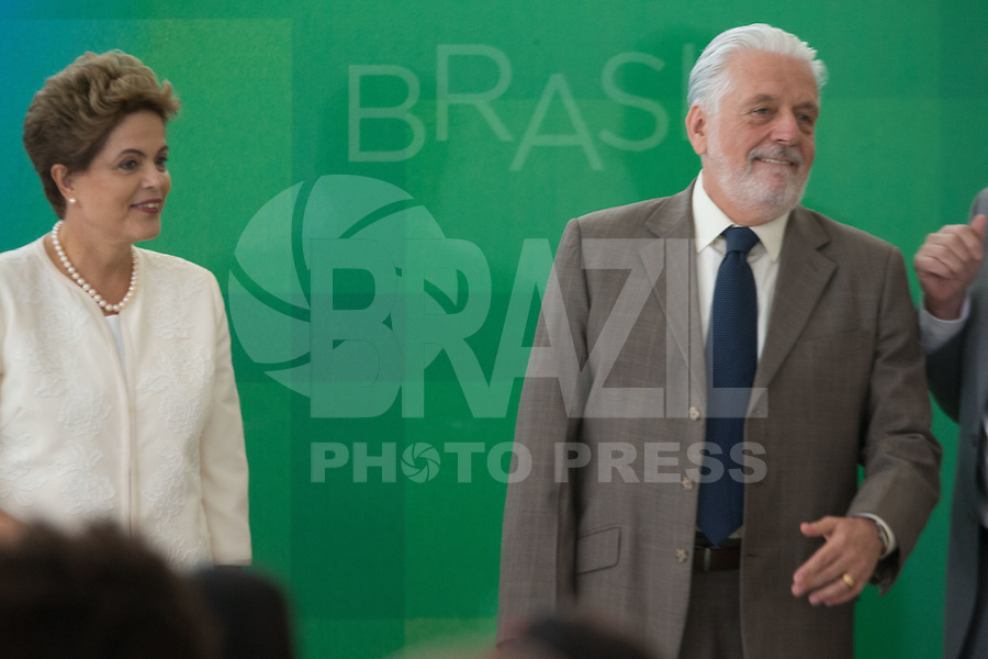 BRASILIA, DF, 19.11.2015 - DILMA-NEGROS-  A presidente Dilma Roussef e o ministro da Casa Civil, Jaques Wagner,  durante a cerimônia comemorativa do Dia Nacional da Consciência Negra, no Palácio do Planalto, nesta quinta-feira, 19. (Foto:Ed Ferreira / Brazil Photo Press/Folhapress)