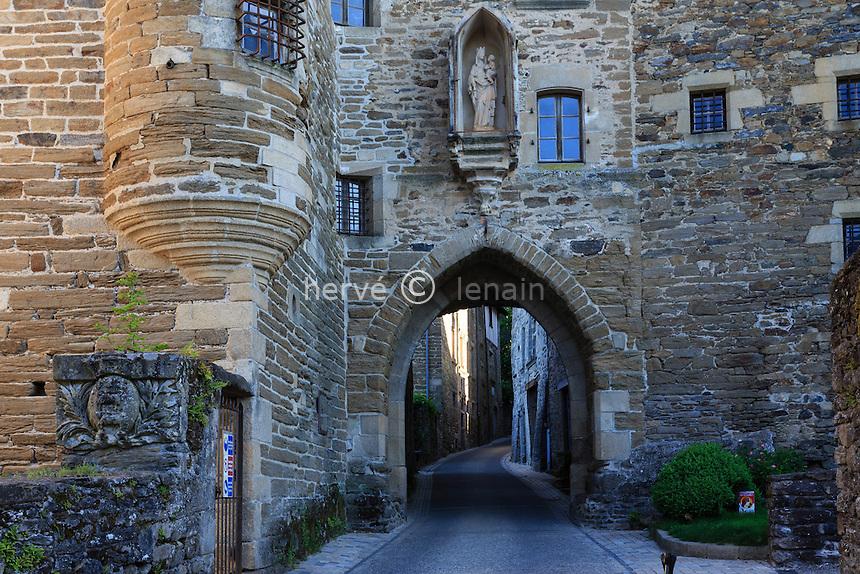 France, Corrèze (19), Uzerche, la porte Bécharie // France, Correze, Uzerche, Becharie street