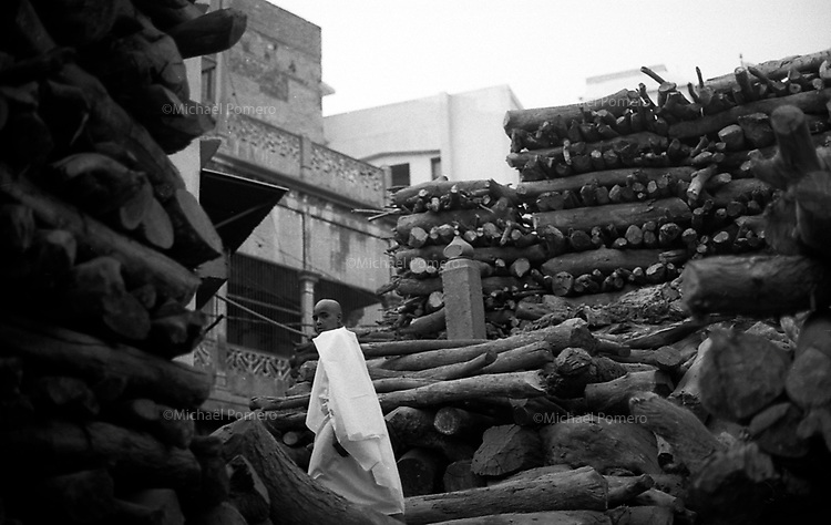 11.2008 Varanasi (Uttar Pradesh)<br /> <br /> In the burning ghat.<br /> <br /> Sur le ghat des cr&eacute;mations.