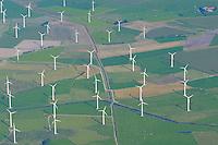 4415/Windkraft: EUROPA, DEUTSCHLAND, NIEDERSACHSEN, HAMBURG 09.09.2004: Windkraftanlage, Ostfriesland, Harlinger Land, bei Wittmund, Alternative Energie,  in Reihe und Glied, aufgereiht, Reihe, hintereinander,   Luftbild, Luftansicht