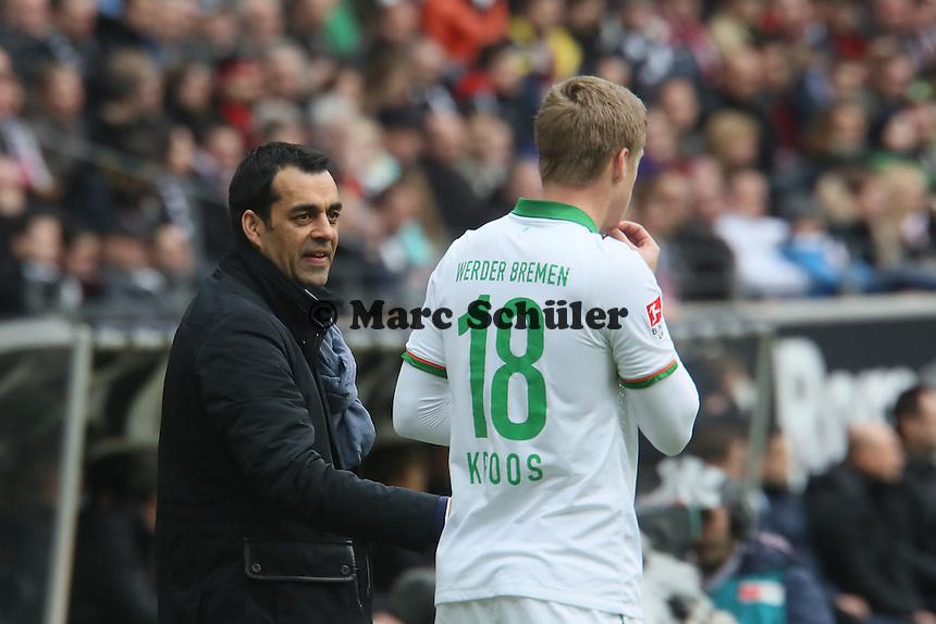 Trainer Robin Dutt (Werder) mit Felix Kroos - Eintracht Frankfurt vs. SV Werder Bremen