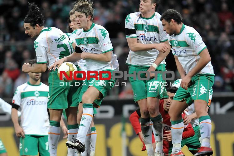 FBL 2008/2009 24. Spieltag Rueckrunde<br />  Werder Bremen - VFB Stuttgart<br /> <br /> Bremer Abwehr Mauer Claudio Pizarro ( Bremen #24 ) Markus Rosenberg ( Bremen SWE #9 ) Peter Niemeyer ( Bremen GER #25 ) Sebastian Pr&ouml;dl ( Werder Bremen AUT #15) Dusko Tosic (Bremen SRB #05)<br /> <br /> Foto &copy; nph (nordphoto )