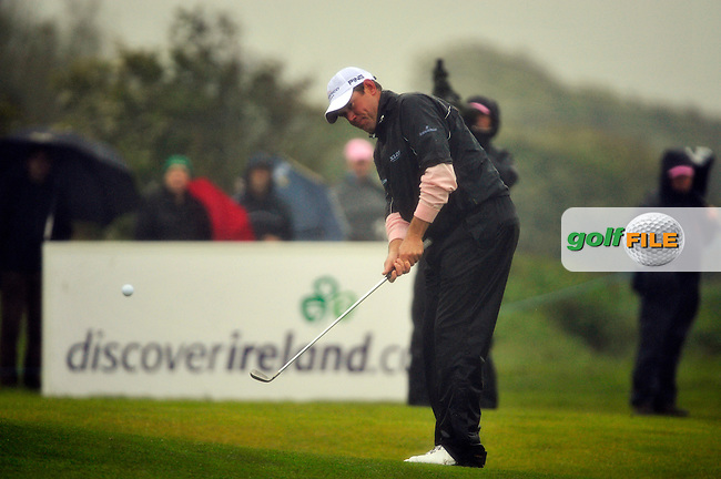 Lee Westwood chips onto the 18th green during Round 2 of the 3 Irish Open on 15th May 2009 (Photo by Eoin Clarke/GOLFFILE)