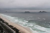 RIO DE JANEIRO, RJ, 17.02.2014 - A praia da Barra da Tijuca, na zona oeste da cidade, amanhece nesta segunda-feira com céu nublado e mar agitado como consequência da chegada da frente fria. (Foto: Néstor J. Beremblum / Brazil Photo Press)