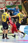Rhein Neckar Loewe Andreas Palicka (Nr.12)  h&auml;lt den Ball gegen Veszpr&eacute;ms Kentin Mah&eacute; (Nr.35) beim Spiel in der Champions League, Telekom Veszprem - Rhein Neckar Loewen.<br /> <br /> Foto &copy; PIX-Sportfotos *** Foto ist honorarpflichtig! *** Auf Anfrage in hoeherer Qualitaet/Aufloesung. Belegexemplar erbeten. Veroeffentlichung ausschliesslich fuer journalistisch-publizistische Zwecke. For editorial use only.