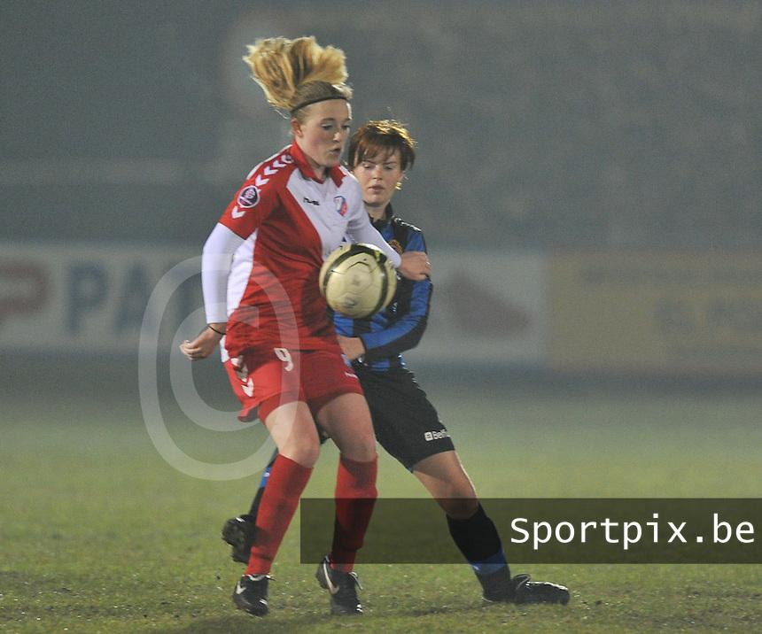 Club Brugge Dames - FC Utrecht : Anne Maguire aan de bal voor Jolien Nuytten.foto DAVID CATRY / Vrouwenteam.be