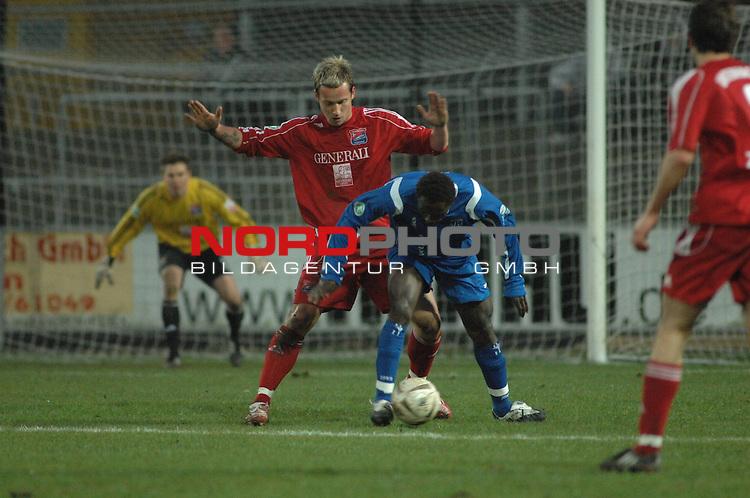 3. FBL 2008/2009 29. Spieltag RŁckrunde BSV Kickers Emden vs. SpVgg Unterhaching, Lawrence Adolf Aidoo (Emden #23) am Ball gegen Manuel Konrad (Unterhaching #35)  , Foto © nph (nordphoto)