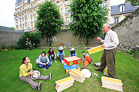 A new educational apiary has been set up for children of the Institut National des Jeunes Sourds (National Institute for Young Deaf People). Inaugurated on June 4, the apiary with four hives has been installed in the big garden of the Institute on the Boulevard Saint Michel. The goal is the awakening and opening up of students, partly cut off from the world, through the fascinating world of bees..