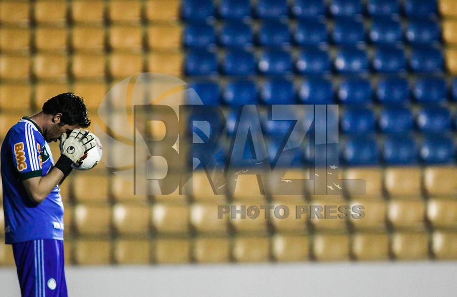 BARUERI, SP, 01 AGOSTO 2012 - COPA SULAMERICANA - PALMEIRAS X BOTAFOGO - Bruno goleiro do Palmeiras momentos antes da partida contra o Botafogo em partida valida pela Copa Sulamericana na Arena Barueri, em Barueri na grande Sao Paulo, nesta quarta-feira, 01. (FOTO: WILLIAM VOLCOV / BRAZIL PHOTO PRESS).