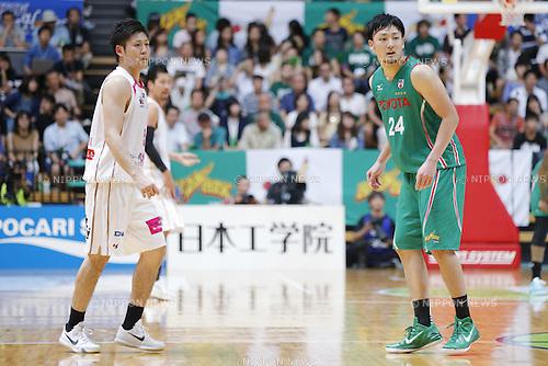 (L-R) Shigehiro Taguchi (Happinets), Daiki Tanaka (Alvark), SEPTEMBER 13, 2015 - Basketball : NBLTKbj league DREAM GAMES Match between TOYOTA ALVARK TOKYO 98-66 Akita Northern Happinets at Ota-City General Gymnasium, Tokyo, Japan. (Photo by Yusuke Nakanishi/AFLO SPORT)