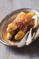 Asperges blanches roulées au jambon et gratinées au fromage de berbis: Ossau-Iraty - recette de Christian Constant EXCLU: EDITION LIVRE CUISINE DU SUD-OUEST