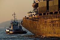 4415 / Schrott Schiff : EUROPA, DEUTSCHLAND, HAMBURG, (EUROPE, GERMANY), 24.03.2007:Hamburger Hafen, Schlepper mit altem Schiff, Sicherheit, Risiko, Schrott, Verkehrssicher,