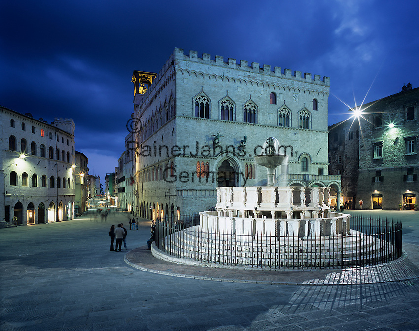 Italy, Umbria, Perugia: Piazza 4th November with Fontana Maggiore at night | Italien, Umbrien, Perugia: Piazza 4. November und Fontana Maggiore am Abend