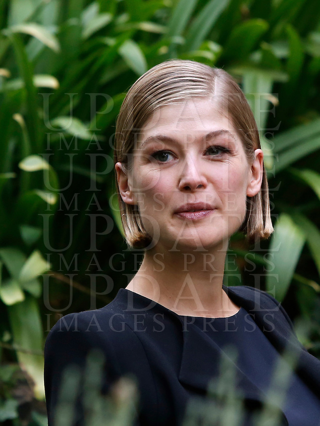 L'attrice inglese Rosamund Pike posa durante un photocall per la presentazione del film &quot;L'amore bugiardo&quot; a Roma, 12 settembre 2014.<br /> British actress Rosamund Pike poses during a photocall for the presentation of the movie &quot;Gone Girl&quot; in Rome, 12 September 2014.<br /> UPDATE IMAGES PRESS/Riccardo De Luca