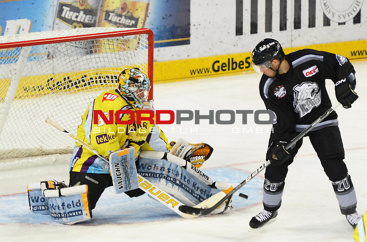 28.10.2012, Arena Nuernberger Versicherung, Nuernberg, GER, DEL, Ice Tigers Nuernberg vs Krefeld Pinguine, im Bild:<br /> Scott Langkow (Krefeld #37) (l.) kaempft mit Connor James (Nuernberg #20) um den Puck<br /> Foto &copy; nph / Will *** Local Caption ***