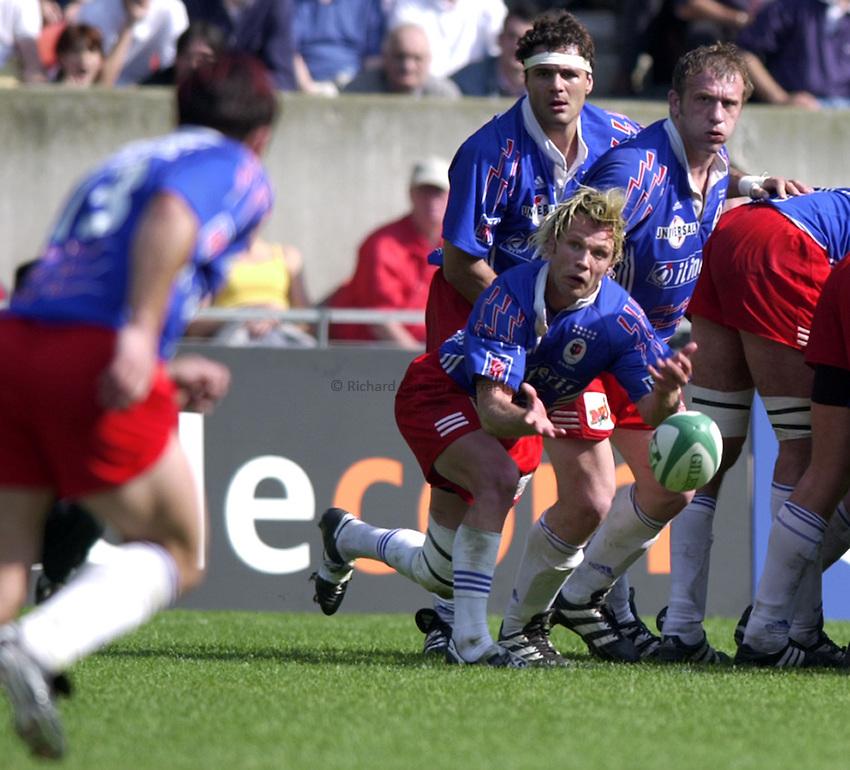 Photo. Richard Lane..Stade Francais v Leicester Tigers. ERC Heineken Cup Final at Parc des Princes, Paris. 19/05/2001..Morgan Williams gets the ball away.