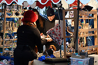 DEC 03 Hugh Grant Christmas shopping