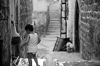 Les ruelles de la vieille ville de Mardin où vivent les familles kurdes et arabes les plus pauvres.<br /> <br /> The streets of the old city of Mardin where Kurdish and Arab poorest families live.