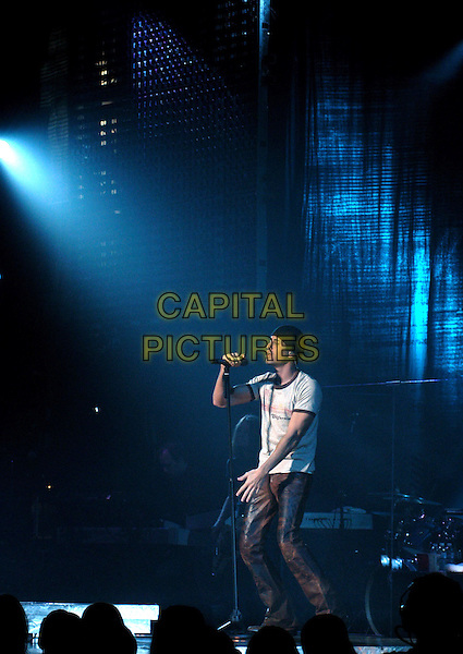 ENRIQUE IGLESIAS.performs live at The Pantages Theatre in Hollywood, California .26 February 2004.*UK Sales Only*.concert, live, stage, gig, singing.www.capitalpictures.com.sales@capitalpictures.com.©Capital Pictures.