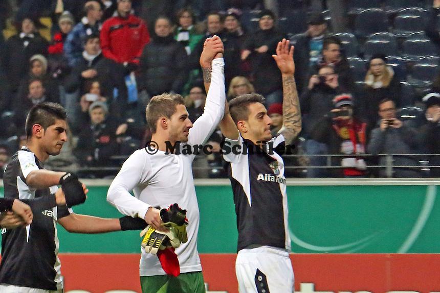 Kevin Trapp mit Dreifach-Torschütze Joselu (Eintracht) beim Schlussjubel - Eintracht Frankfurt vs. SV Sandhausen, DFB-Pokal, Commerzbank Arena