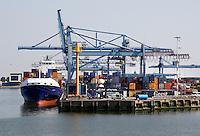 Haven van Rotterdam.  Containers op de kade