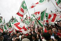 Simpatizzanti del Partito Democratico sventolano le loro bandiere durante la manifestazione di chiusura della campagna elettorale a Roma, 11 aprile 2008..UPDATE IMAGES PRESS/Riccardo De Luca