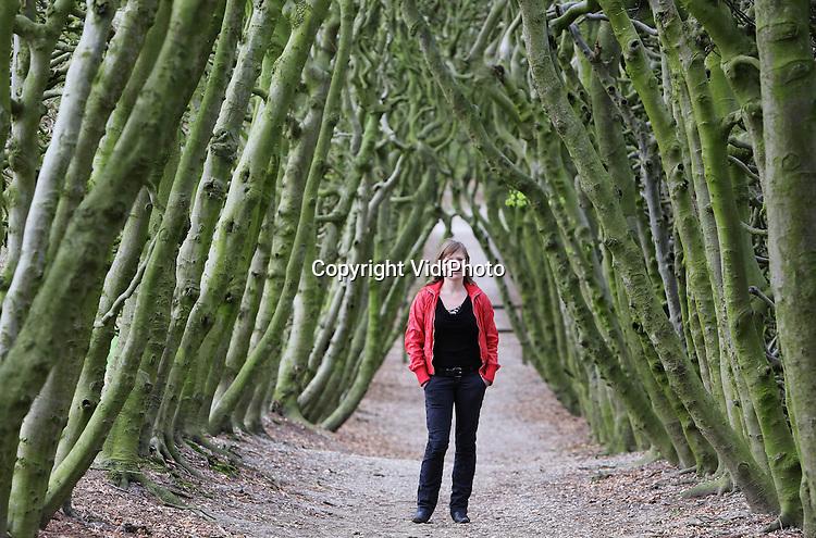 Foto: VidiPhoto..ARNHEM - Portret van Leonoor van der Linden-van Eck, landschapsontwerper bij Arcadis, in een wandelgebied bij Arnhem..
