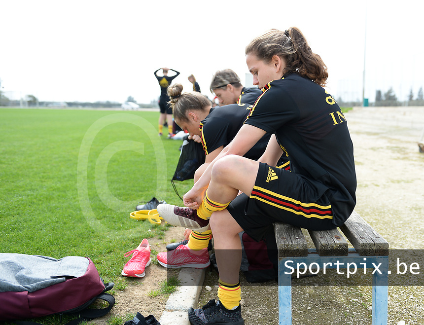 20180304 - LARNACA , CYPRUS :  Belgian Davina Philtjens pictured putting on her shoes during a Matchday -1 training from The Belgian Red Flames prior to their game against Austria , on Sunday 4 March 2018 at the Alpha Sports Grounds in Larnaca , Cyprus . This will be the third game in group B for Belgium during the Cyprus Womens Cup , a prestigious women soccer tournament as a preparation on the World Cup 2019 qualification duels. PHOTO SPORTPIX.BE | DAVID CATRY