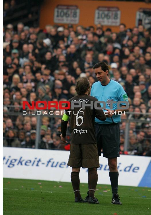 2.Liga FBL 2008/2009  11. Spieltag Hinrunde<br /> FC St.Pauli &ndash; vs. 1.FC N&uuml;rnberg<br /> <br /> Nach Abseitstor beschwert sich Kapit&auml;n Filip Trojan (Nr.6)  bei Schiri Manuel Gr&auml;fe.<br /> <br /> <br /> Foto &copy; nph (nordphoto)<br /> <br /> *** Local Caption ***