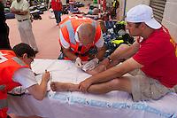 """Bergarbeiterstreik in Spanien.<br />Am 5. Juli 2012 erreichten 200 Bergarbeiter mit dem """"Marcha Negra"""" (der Schwarze Marsch) nach 14 Tagen und 381,7 Kilometer Marsch die Ortschaft Sanchidrian in der Provinz Avila. Am 11. Juli 2012 wollen die Mineros in Madrid eintreffen und vor das Wirtschaftsministerium gehen.<br />Mit dem Marcha Nagra und dem seit Mai andauernden Streik der Mineros soll die Regierung gezwungen werden, die Kuerzung von 64% der Bergbaufoerderung zurueck zu nehmen. Die Kuerzung bedeutet das Aus fuer den spanischen Bergbau und tausende Bergarbeiter sind von Arbeitslosigkeit bedroht.<br />Im Bild: Die Mineros werden vom Roten Kreuz medizinisch betreut.<br />5.7.2012, Sanchidrian/Spanien<br />Copyright: Christian-Ditsch.de<br />[Inhaltsveraendernde Manipulation des Fotos nur nach ausdruecklicher Genehmigung des Fotografen. Vereinbarungen ueber Abtretung von Persoenlichkeitsrechten/Model Release der abgebildeten Person/Personen liegen nicht vor. NO MODEL RELEASE! Don't publish without copyright Christian-Ditsch.de, Veroeffentlichung nur mit Fotografennennung, sowie gegen Honorar, MwSt. und Beleg. Konto:, I N G - D i B a, IBAN DE58500105175400192269, BIC INGDDEFFXXX, Kontakt: post@christian-ditsch.de.<br />Urhebervermerk wird gemaess Paragraph 13 UHG verlangt.]"""