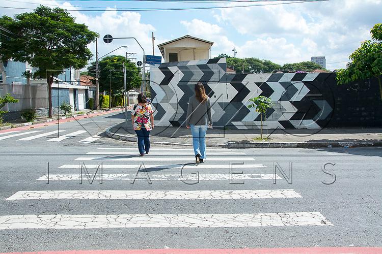 Pedestres atravessando na faixa, São Paulo - SP, 04/2017.        Uso de imagem autorizado.