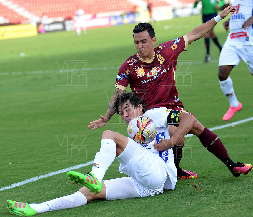 IBAGUÉ -COLOMBIA, 24-06-2015. Mateus Uribe (Der) jugador de Deportes Tolima disputa el balón con John Lozano (Izq) jugador del Atlético Huila por la fecha 10 de la Liga Aguila II 2016 jugado en el estadio Manuel Murillo Toro de la ciudad de Ibagué./ Mateus Uribe (R) player of  Deportes Tolima vies for the ball with John Lozano (L) player of Atletico Huila for the date 10 of the Aguila League II 2016 played at Manuel Murillo Toro stadium in Ibague city. Photo: VizzorImage / Juan Carlos Escobar / Str