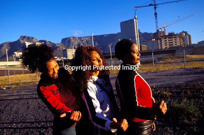 dimuhip00011 Music The all female hip-hop group Godessa on September 5, 2002 in downtown Cape Town, South Africa. .©Per-Anders Pettersson/iAfrika Photos