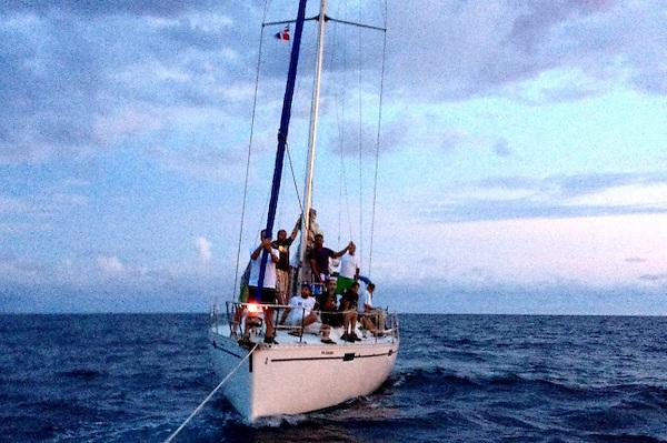 El velero KCrio mientras era remolcado por los Auxiliares Navales dominicanos en la embarcación María