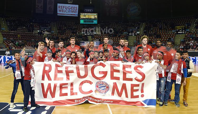 Basketball 1. Bundesliga 2015/2016  02.10.2015 1. Spieltag FC Bayern Muenchen - EWE Baskets Oldenburg Gruppenbild mit den FC Bayern Basketballern und Fluechtlingskinder, der FC Bayern hat die Kinder in den Audi Dome eingeladen.