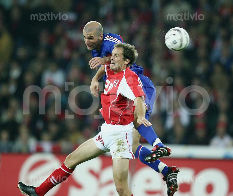 Fussball International WM Qualifikation Schweiz - Frankreich Patrick Mueller (SUI,vorn) gegen Zinedine Zidane (FRA)