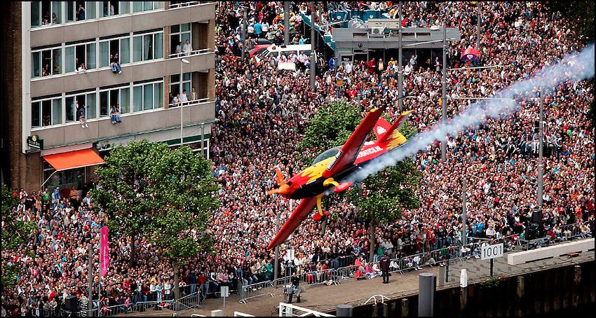 Nederland, Rotterdam, 12-06-2005, Red Bull Rotterdam Air Race 2005.  De Nederlandse deelnemer Frank Versteeg vliegt langs de uitpuilende kades tijdens Air Race in centrum Rotterdam.  De vliegshow trok ongeveer 700000 mensen naar Rotterdam.  . vliegen.   foto: Michael Kooren.