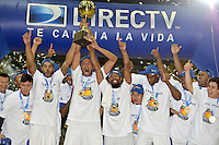 BOGOTÁ -COLOMBIA. 29-11-2013. Jugadores de Guerreros de Bogotá celebran el título como campeones de la  Liga DirecTV de Baloncesto 2013-II de Colombia tras vencer a Academia de la Montaña en el quinto partido de la final realizado en el coliseo El Salitre de Bogotá./ Players of Guerreros de Bogota celebrate as a champions of the DirecTV Basketball League 2013-II in Colombia after defeated Academia de la Montaña in the fifth match of the final played at El Salitre coliseum in Bogota. Photo: VizzorImage / Gabriel Aponte /