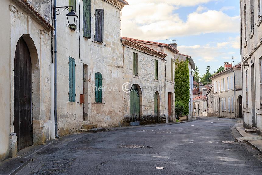 France, Charente (16), Aubeterre-sur-Dronne, labelisé Les Plus Beaux Villages de France, maisons de la rue Pierre Véry