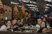 FOTO EMBARGADA PARA VEICULOS INTERNACIONAIS - SAO PAULO, SP, 24 DE NOVEMBRO 2012  - OKTOBERFEST SP  -  Paulistas da zona leste curtem a primeira oktoberfest de Sao Paulo, no pavilhao de eventos do Parque Anhembi, na tarde desse sabado, 24, zona norte da capital - FOTO LOLA OLIVEIRA - BRAZIL PHOTO PRESS