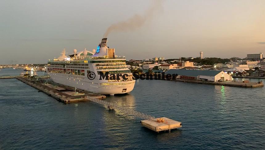 Grandeur of the Seas im Hafen von Nassau, Bahamas im Sonnenuntergang - 26.01.2020: Nassau